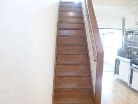 2階へ上がる階段です☆