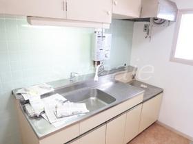 キッチンは窓付きでガスコンロで2口設置可です★