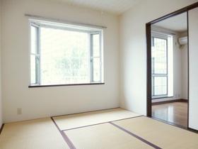 和室の窓は出窓になっております☆