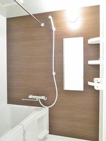 浴室には鏡もあります