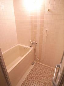 カラータイル張りのかわいいお風呂!別のお部屋の写真です