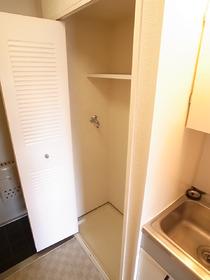 洗濯機置場は扉で隠せるんです。