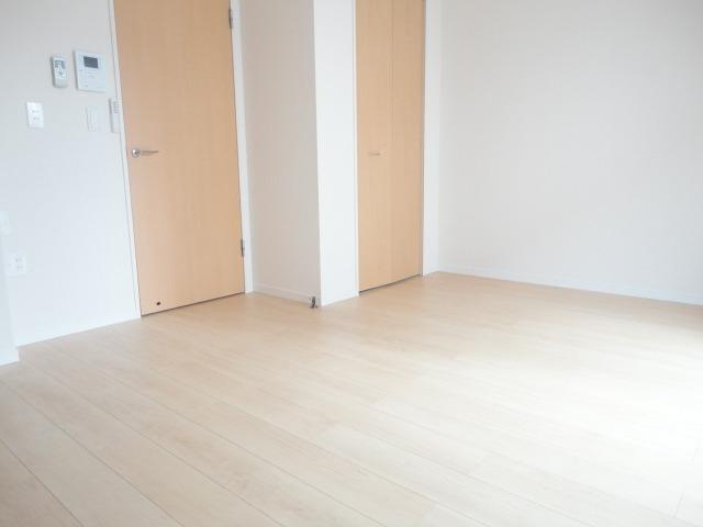 洋室はホワイトベースの開放感ある室内です