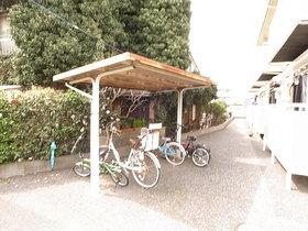 自転車置き場には屋根もついて、雨の日も安心