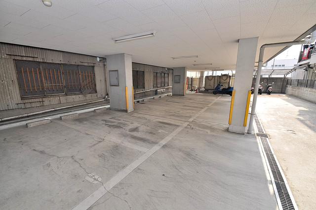 1階には駐車場があります。屋根付きは嬉しいですね。