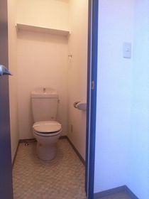 便利な収納棚つきのおトイレ☆