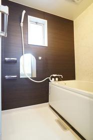 ダークトーンのアクセントがお洒落な浴室は窓があり換気も快適!