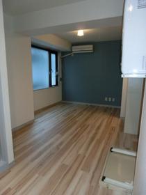 木目調×ブルーの清潔感あるお部屋!
