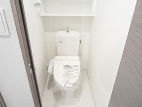 収納棚付きでウォシュレットのおトイレです
