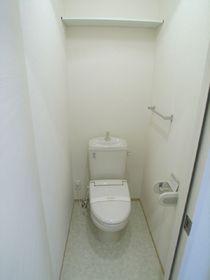 トイレにはあったか便座と棚が付いてます♪