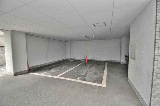 屋根付き駐車場は大切な愛車を雨風から守ってくれます。