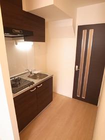 キッチン、建具の色はシックな感じ♪