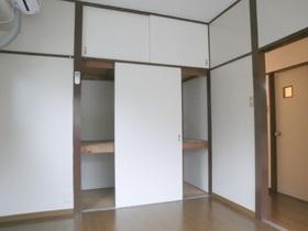洋室内の沢山入る収納でお部屋がきれいになりますね(*^_^*)