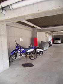 バイク可の駐輪場。嬉しい屋内!