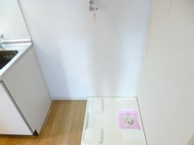 キッチン横に室内洗濯機置場がございます♪