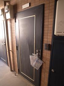 重厚感のある玄関扉☆