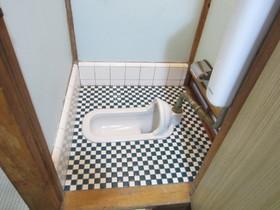 手入れも簡単、タイル張りのおトイレです。