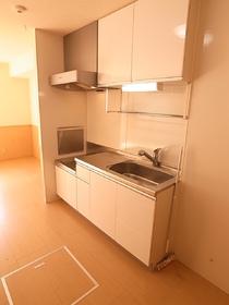 浄水器システムの白いキッチンがきれいです。