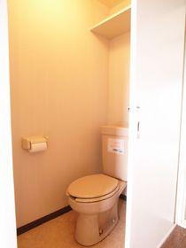 トイレには便利な棚付きです♪