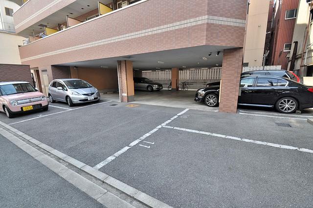 敷地内にある駐車場。愛車が目の届く所に置けると安心ですよね。