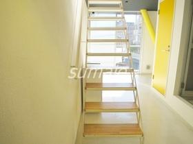 上の階に上がる階段です☆