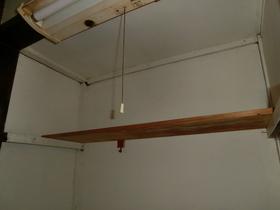 キッチン上部分に収納板ついております。