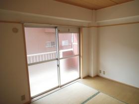 和室もこのように日当たり良いです。