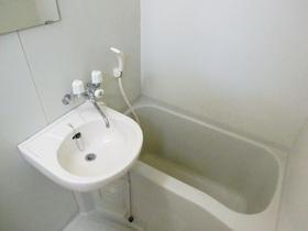 洗面台付きの浴室です。
