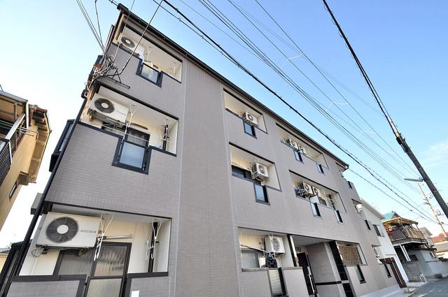 閑静な住宅街にある、3階建てのオシャレな建物です。