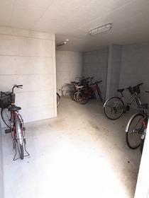 自転車置場は屋根付ですよ