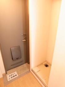 玄関脇には洗濯機置き場あります!