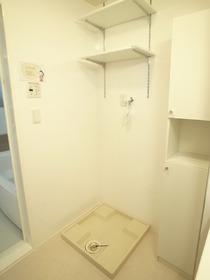 洗濯機はこちら。小棚がうれしい!