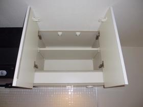 キッチン上部にも収納棚あります。