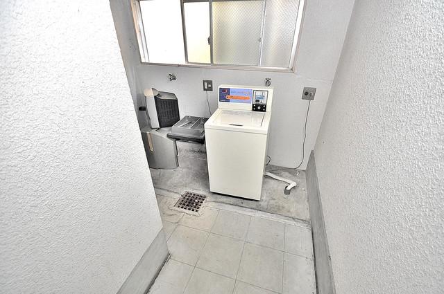 マンション内には洗濯機有り、これでコインランドリーに行く手間が省けますね。