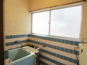 お風呂にも窓が付いてます