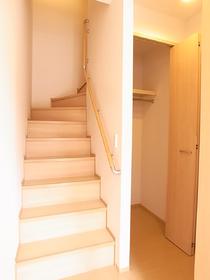 階段の横には収納があります☆