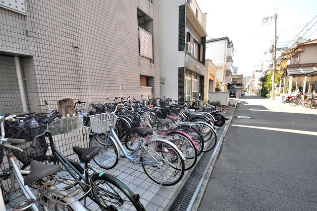 こちらに自転車を置いていますよ。