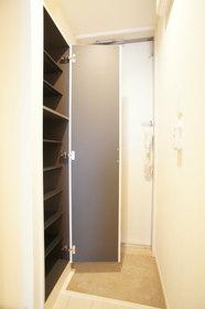 http://image.rentersnet.jp/c9cb6f0b-f910-4a02-8297-4ec7b6766354_property_picture_962_large.jpg_cap_シューズボックス完備の玄関スペース。