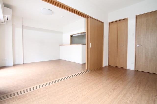 洋室~リビング つなげてお部屋を広くお使い頂けます