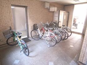 自転車置場は屋根付きですね