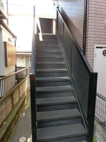 201号室までの専用階段