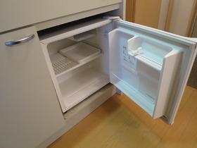 キッチンの下に小型冷蔵庫もついてます♪