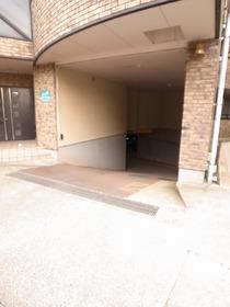 駐車場は地下の屋根付きなんです!!