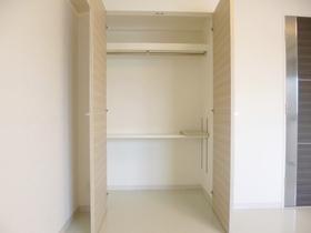 洋室には収納スペースもございます