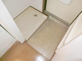 玄関の隣に室内洗濯機置き場があります。