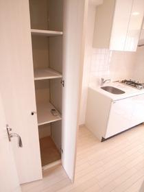 キッチン横にも収納スペース!