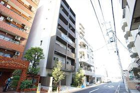 前面道路をまっすぐ道なりで横浜駅です