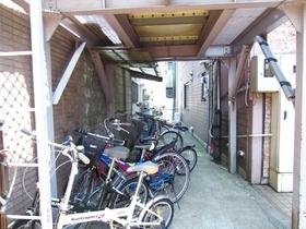 屋根付きの駐輪場付きです。