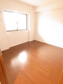 築浅のお部屋はどこを見てもきれい♪ 玄関横洋室。