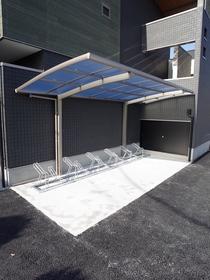 屋根付きの駐輪所です☆